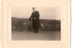 Edmond dans les vignes avec sa bicyclette