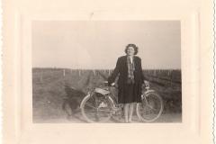 Madeleine dans les vignes avec sa bicyclette